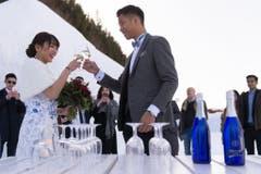Das Brautpaar stösst auf die Zukunft an. (Bild: Keystone)