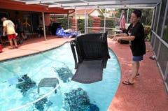 Jackie Kreuter aus Gulfport in Florida, wähnt ihre Gartenmöbel im Pool vor dem Sturm in Sicherheit. (Bild: Keystone)