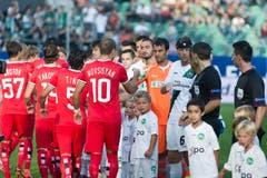 Handshake vor dem Spiel. (Bild: Michel Canonica)
