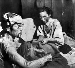 Opfer in Hiroshima verstecken sich in den Ruinen einer Bank. Hier wurde auch ein provisorisches Spital eingerichtet. (Bild: Keystone)