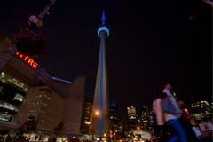 Auch der CN Tower leuchtet in blau. (Bild: Keystone)