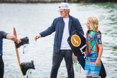 """Wakeboard-Spektakel """"Roughriderscup"""" in Romanshorn. Nachwuchstalent Jamie ist mit 13 Jahren schon sehr gut unterwegs. Letzte Besprechung mit dem Bruder vor dem Run. (Bild: Andrea Stalder)"""