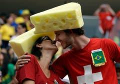 Ein käsiger Kuss vor dem wichtigen Spiel der Schweizer. (Bild: Keystone)