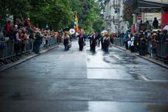 Im Marsch durch die nassen Strassen St.Gallens. (Bild: Michel Canonica)