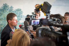 Ullrich gibt vor den Medien eine Stellungnahme ab. (Bild: Benjamin Manser)