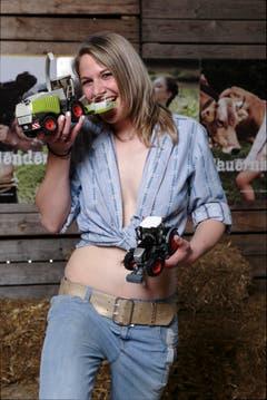 Martina aus dem Graubünden beisst in ihren Traktor (Bild: pd)