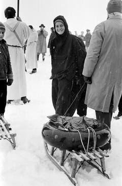 Sicher ist sicher: Ein Mann hat für den Spaziergang auf dem zugefrorenen See einen Rettungsring mitgenommen. (Bild: Keystone)