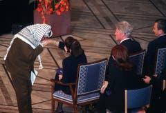 Palästinenserführer Yassir Arafat küsst die Hand von Rabins Frau Leah während eines Gedenkgottesdiensts in Oslo. (Bild: Keystone)