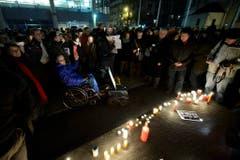 Menschen nehmen an einer Solidaritätskundgebung in Genf teil. (Bild: Keystone)