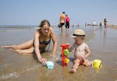 Schöne Familienmomente am Strand von Scheveningen in den Niederlanden. (Bild: BART MAAT (EPA ANP))