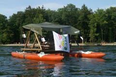 Seit den 80ern lässt sich Heinz Keller mit seinem umstrittenen Schaukelboot auf dem Rhein treiben. (Bild: PD)