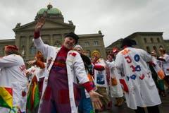 Fast 200 Spitalclowns aus der ganzen Welt versammelten sich auf dem Bundesplatz. (Bild: Keystone)