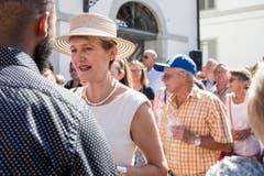 Justizministerin Simonetta Sommaruga sah mit hellem Kleid und weiss gestreiftem Hütchen aus, als würde sie in die Toskana fahren. (Bild: ALEXANDRA WEY (KEYSTONE))