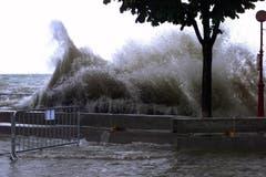 Meterhohe Wellen donnerten gegen die Hafenmole in Bregenz (Bild: Archiv)