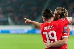 Josip Drmic bejubelt den ersten Treffer für die Schweizer Nati von Michael Lang. (Bild: Keystone)