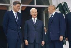 Der damalige US-Präsident John F. Kennedy (l), der damalige Bundespräsident Heinrich Lübke und der damalige Bundeskanzler Konrad Adenauer stehen im Juni 1963 auf der Terrasse der Villa Hammerschmidt in Bonn. (Bild: Keystone)