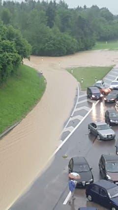 Die überflutete Autobahneinfahrt. (Bild: Jonas Dudle/Leserbild)