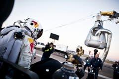 Felix Baumgartner auf dem Weg zur Kapsel. (Bild: Keystone)