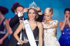 Laetitia Guarino bekommt die Miss Schweiz-Krone von einem echten Prinzen, Emanuele Filiberto von Savoyen, überreicht. Dominique Rinderknecht ist ab sofort Ex-Miss Schweiz. (Bild: Keystone)