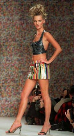"""Zu klein, zu kantig, zu dünn: Kate Moss bei einer Modeschau 1995 in New York. Im Gegensatz zu ihren kurvigen und grossen Kolleginnen wie etwa Claudia Schiffer sorgte Moss als Mager-Model für Furore und gilt als Begründerin des damals populären """"Heroin-Chic"""". (Bild: Keystone)"""