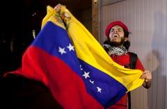 Ein Mann schwenkt die Flagge Venezuelas in Mexiko City. (Bild: Keystone)