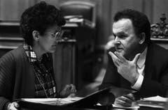 Die St.Galler CVP-Nationalrätin Eva Segmüller diskutiert während der Wintersession im Dezember 1986 mit Bundesrat Otto Stich. (Bild: Keystone)