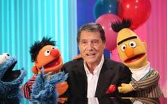 Ernie, Bert und das Cookie Monster der Sesam Strasse posieren am 5. Februar 2013 zusammen mit Udo Jürgens. (Bild: Keystone)