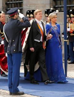 König Willem-Alexander und Königin Maxima treffen bei der Nieuwe Kerk zur Einsetzungszeremonie ein. (Bild: Keystone)