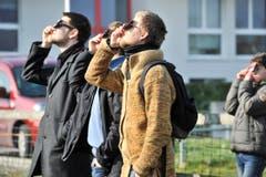 Ohne Schutzbrillen ging nichts an diesem sonnigen Morgen. (Bild: Donato Caspari)