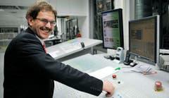 Regierungspräsident Jakob Stark drückt den Knopf zum Start. (Bild: Reto Martin)