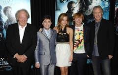 """Michael Gambon (Professor Albus Dumbledore), Daniel Radcliffe (Harry Potter), Emma Watson (Hermine Granger), Rupert Grint (Ron Weasley) und Alan Rickman (Professor Severus Snape) an der New Yorker Premiere von """"Harry Potter und der Halbblutprinz"""" im Jahr 2009. (Bild: Keystone)"""