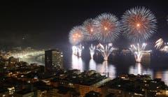 Feuerwerk erhellt die Copacabana in Rio de Janeiro. (Bild: Keystone)