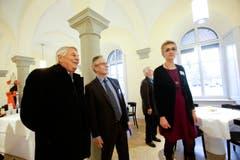 Regierungsrat Claudius Graf-Schelling (Mitte) mit interessierten Besuchern im umgebauten Regierungsgebäude. (Bild: Donato Caspari)