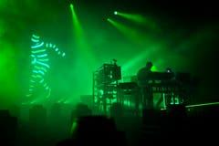 Die Sitterbühne war beim Auftritt der Chemical Brothers ganz in Grün getaucht. (Bild: Peer Füglistaller)