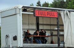 Tractor Pulling auf dem Iselisberg: Die Jury sitzt im Trockenen. (Bild: Nana do Carmo)