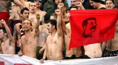 Verehrung für einen Dikator: Linksgerichtete Fans von Livorno im April 2006 mit einer Flagge des früheren sowjetischen Alleinherrschers Josef Stalin. (Bild: Keystone)