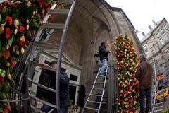 Der Eingang der Nieuwe Kerk, die zum Schloss gehört, wird mit Blumen dekoriert. (Bild: Keystone)