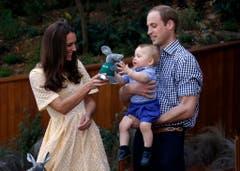 George erhält einen kleinen Plüsch-Bilby als Erinnerung an die Begegnung mit dem australischen Tier. (Bild: Keystone)