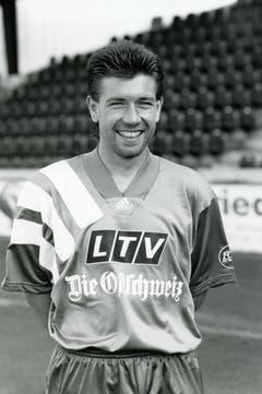 Da ahnte noch keiner, dass dieser junge Mann einmal den FC Basel trainieren würde: Urs Fischer Anfang der 1990er-Jahre im Dress des FC St.Gallen. (Bild: Archiv/St.Galler Tagblatt)