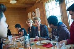 Danach ass die Bundesrätin mit minderjährigen Flüchtlingen zu Mittag. (Bild: Ralph Ribi)