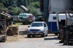 Ein Fahrzeug fährt mit einem Pferdetransporter vom Hof. (Bild: Keystone)