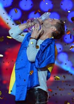 Mans Zelmerlöw küsst die Siegertrophäe. (Bild: Keystone)