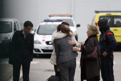 Trauernde Angehörige am Flughafen von Barcelona. (Bild: Keystone)