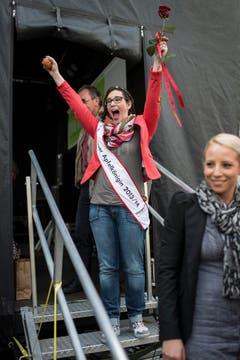 Die neue Apfelkönigin zeigt ihr Freude hemmungslos. (Bild: Benjamin Manser)