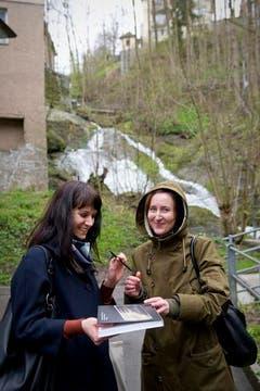 Künstlerin Maria Eichhorn (r.) gibt ein Autogramm. (Bild: Urs Bucher)
