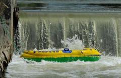 Das Gummiboot wird den Kräften des Wassers überlassen. (Bild: Reto Martin)