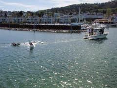 Das Flugzeug wird in den Hafen geschleppt. (Bild: Seerettungsdienst Rorschach)