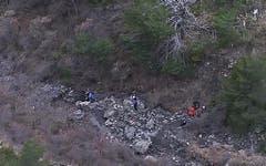 Eine Aufnahme aus dem Fernsehen: Rettungskräfte beim Unfallgelände. (Bild: Keystone)