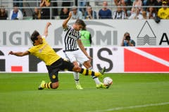 Mats Hummels hechtet nach dem Ball. Alvaro Morata hat die besseren Chancen. (Bild: Ralph Ribi)