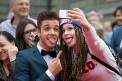 Luca Hänni posiert mit einem weiblichen Fan . (Bild: Keystone)